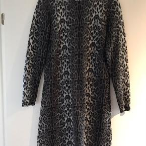 Virkelig fin tætsiddende kjole med leoprint. Er i fin stand.