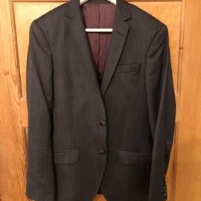 Flot jakkesæt fra Bertoni White Collection. Brug én gang til galla. Jakken er str. 44 og bukserne er 30/32. Ingen slitage.  Materiale: 80% uld, 10% polyamid og 10% polyester. Fin opbevaringstaske følger med i købet.