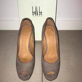 Sælger disse Billi Bi heels str. 39 (små i størrelsen). De er brugt 1-2 gange, så de er i den fineste stand. Hælen er 11,5 cm med en plateau sål på 2,5 cm. NYPRIS: 999kr - BYD!
