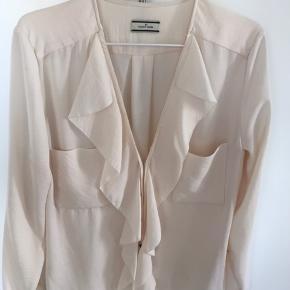 Fin skjorte fra Malene Birger til både hverdag og fest. Cremefarvet.