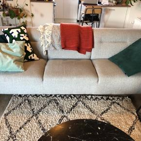 3-personers sofa fra ILVA i modellen Narvik i stof med ben i oliebehandlet eg. Kun få brugsspor.  L 227 x H 78 x B/D 90 cm  Nypris 6000 kr. Giv et bud.