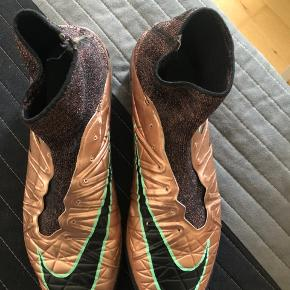 Fodboldstøvlerne er i god stand, men de mangler snørebånd. Lidt af sokken er også gået op(kan ses på et af billederne)