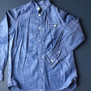 Fin skjorte med kinakrave. Brugt få gange. Trænger højest til et strygejern 🤪  Længde 58 cm Brystvidde 41*2 cm