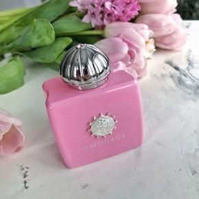 """SMUKKESTE Duft """"Blossom Love"""" fra AMOUAGE. """"Blossom Love"""" er en super feminin og fristende gourmand parfume der består af en smuk symfoni af kirsebærblomster, amaretto, tonka og vanilje noter. En duft af blomstrende kærlighed.💗  100ml, købt i Magasin Kgs Nytorv. Kun testet med 2 spray, så helt som ny i original boks. Købspris 2460kr"""