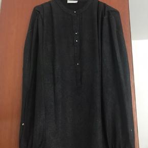 Smuk transparent skjorte med glimmereffekt fra Daily Couture. Brugt en enkelt gang.