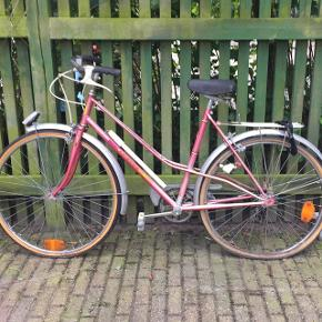 Fin gammel cykel, som tidligere har kørt i det flotte franske landskab. Trænger bestemt til en kærlig hånd fra en gavet, men så kan den også blive rigtig lækker tror jeg!  Hvis du er interesseret så giv et bud, og spørg endelig løs ;)