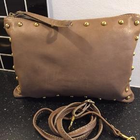 Smart taske med messing nitter. Kan anvendes med og unden skulderstrop.