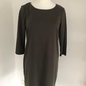 Flot, enkel og tidsløs kjole fra Vila i khaki grøn.  Kjolen har 3/4 lange ærmer.  Lukkes med lynlås på ryggen.  Længde fra skulder er 91 cm, brystmålet er 108 cm, og taljen måler 106 cm.  Fremstillet i blød kvalitet af 79% polyester, 18% viscose og 3% elastan.  Bærer ikke præg af brug.