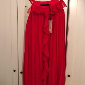 Rigtig fin rød top/kjole som er to lags og derfor ikke gennemsigtig. Det var et fejlkøb da jeg bestilte den og derfor er den aldrig brugt. mærket sidder stadig på. Er købt fra nelly.com og af mærket Jeane blush. Det er en str. xs, men en small til medium vil kunne passe da den er ret loose i det. Stropperne kan også justeresz Passer fint til byen, juletiden eller som sommertop.   Kan ikke huske hvad jeg har givet for den. Prisen er til forhandling.