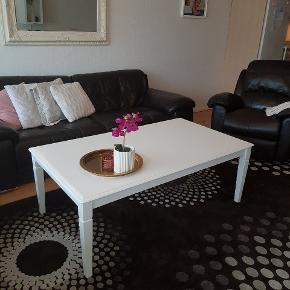 Sofa bord, er i god stand. Der er lidt ridser på bordet, men er brugbar.