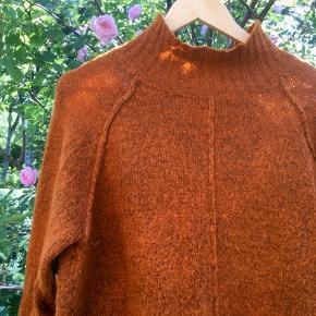 Rustfarvet sweater fra Fransa. Brugt få gange. Sender med DAO. Køber betaler forsendelse.