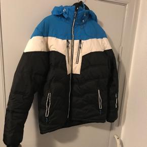 Five Seasons ski jakke. Har aldrig fået den brugt. Står som ny. Perfekt til en skitur eller det kolde vejr. Der er lommer i ærmerne og så er der store lommer inden i jakken til f.eks. skibriller eller handsker.