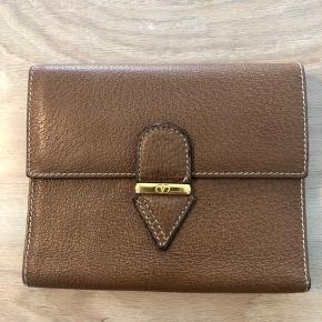 Velholdt brun pung fra Valentino. Eneste mærker i lommen til mønter (se billede). Ellers flot stand.   Sendes hvis køber betaler porto ellers afhentning.   BYTTER IKKE