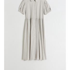 Behagelig og løs kjole. God stand.  Elastik i ermene.  Ingen fejl eller mangler.  Vil sige, at den passer en str M-L.