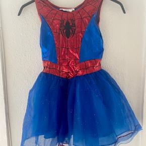 Spider woman udklædning 128  -fast pris -køb 4 annoncer og den billigste er gratis - kan afhentes på Mimersgade 111. Kbh n - sender gerne hvis du betaler Porto - mødes ikke andre steder - bytter ikke