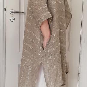 Bytter ikke!   Mærke: Eva Tralala & Coh, Paris Lækker løs cardigan - sommer jakke, fra mrk. Eva Tralala & Coh, Paris str. XL, med side lommer, slidser i begge sider og 3/4 ærmer. Slids længde for 24 cm, bag 34 cm. 68% Hør, 12% Polyamid, 11% Bomuld, 9% Polyester. Farve: Natur, sand i flere toner, se billederne.   Størrelsesguide str. XL: Bryst mål 100 cm Talje mål 85 cm Hofte mål 108 cm Vist på en model str. 38/40. Ny. Kommer fra et ikke ryger hjem. Hænger i dragt pose.