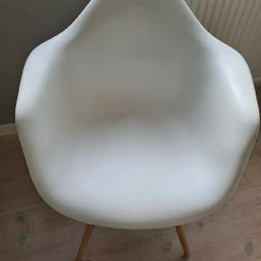 Efterligning af den originale Eames stol. Er i pæn stand.