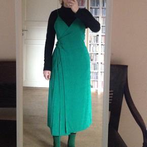 Super fin grøn slå om kjole fra boii der skinner lidt.  Kun brugt en gang:) afhentes i Birkerød eller København, og selvfølgelig også sendes:)   Byd gerne!