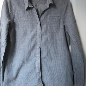 Langærmet skjorte - grå med smal hvid stribe.Er fra Bruuns bazar.  Passer str 36, s
