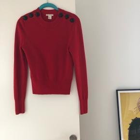 Fin rød strik fra H&M trend. Str. 36. Brugt nogle gange men stadig i rigtig god stand. Lidt cropped i modellen. Bytter ikke!!