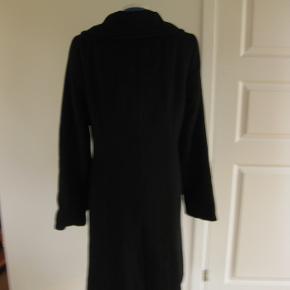 Flot uldfrakke fra made in denmark jeg har købt den her inde som 38-40 Det er mere en 42/44 Så den er for stor til mig.   Den er i 70% uld Jeg har købt den for 400,- sælger den for 350