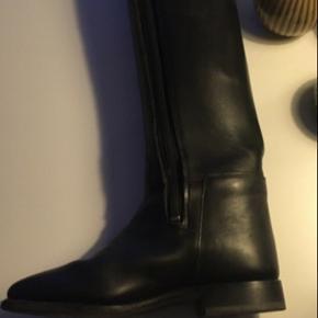 """Fede """"nye"""" Ridestøvler Brugt et par gange til stævne  Støvlerne har lynlås, de er 'født' uden  Læg 38 cm Indv længde (fra top-støvlens bund) 49,5 cm Udv længde (top-støvlens bund) 53,5 cm  Mrk er cavallo"""