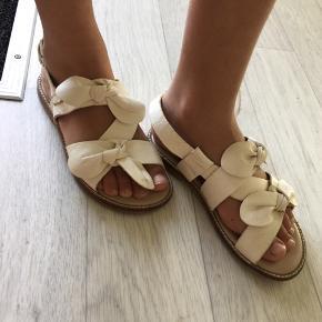 Sandaler i str 28 til piger brugt 2 gange fremstår som ny
