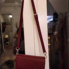 Won Hundred Jamila taske i den fineste windsor-farvekombination. Brugt 1 gang, ingen brugsspor. Sælges med den Bordeaux taske-strop, jeg har desværre mistet logo-stroppen.