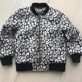 Varetype: Jakke Farve: Lyserød,Sort Oprindelig købspris: 500 kr.  Rigtig flot jakke. Har lidt fnuller på det sorte foer, ellers fejler den intet. Nypris 500 kr