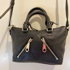 Lækker kvalitets taske fra Minkoff Købt i Salling Århus Super velholdt  En taske der kan leve i årevis!  Plads til både mobil, makeup, nøgler, kort osv.  ingen byt