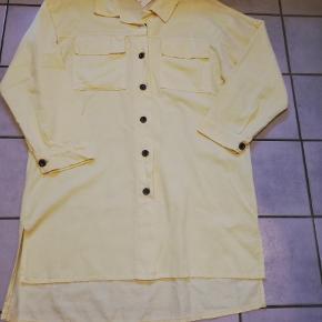 Flot skjortekjole fra Tippy. Kjolen er gennemknappet og i tyndt babyfløjl. Størrelsen hedder m-xl, og er flot med sort bælte til også.