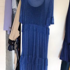 Smuk kjole fra Resumé, passer xs-s.  Jeg selv er en 36 og kan sagtens passe den.