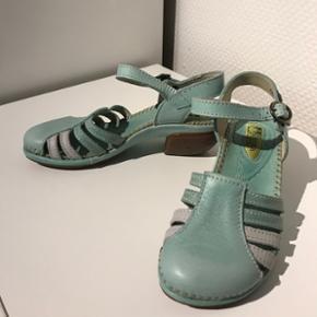 Helt nye El natura liste sandaler til salg. Nypris 850kr. ( ægte læder).