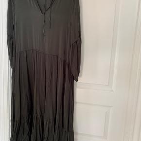 Fineste kjole med lommer. Metal dimserne ved snøre, er aftaget da de var tunge og ikke flotte! Er fin mørkegrøn. Aldrig brugt eller vasket
