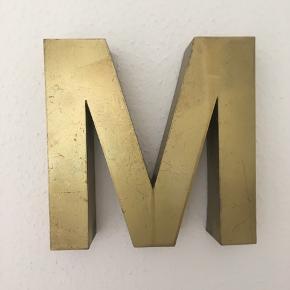 Metal M i guld, måler ca 45 cm