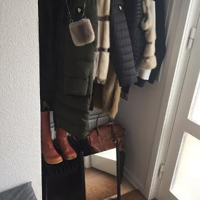 Trip trap/skagerak spejl i serien Georg sælges for 500 kr. Det kan afhentes i Esbjerg. Det kan også tages med til Roskilde den 28.9 kun den dag og betales inden afrejse via mobilpay.