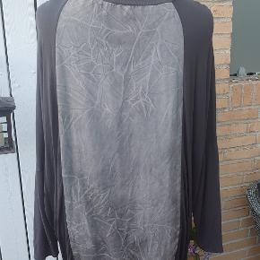 I flere slags stof med ribkant forneden og i ærmer. Måler 2x66cm over bryst og længden er 75cm. Polyester-viscose-elastan