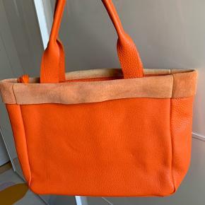 Utroglig smuk og fantastisk leder kvalitet taske fra Cholewiński. En firma som er kendt er kvalitet tasker.  Smuk og dejlig varm orange farve som er udgået. Købt sidste sommer men aldrig brugt.  Ny pris var 1200 kr