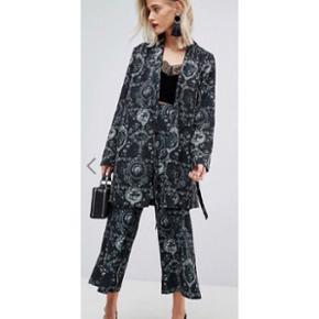 Smuk habitjakke, der kan bruges som en slags slå om kjole. Det er kun jakken, jeg sælger(ikke bukserne). Aldrig brugt. Nypris: ca. 500. Str. 38. Fra Asos.