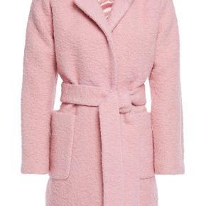 Helt ny og fin Ganni frakke i lækker lyserød farve. Aldrig Brugt! Nypris 2000 kr. Sælges for 1000 kr. Inkl. porto. Bytter ikke.