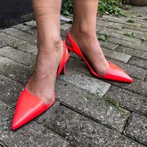 Red bottom heels 😍 de fineste kitten heels fra Christian Louboutin! Str. 35,5. Pink lak. Har brugt dem 4 gange, det har givet lidt ridser i sålerne. Original æske og dustbag medfølger.