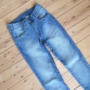 Helt tætsiddende jeans fra Dr. Denim. Str S. Brugt max 1-2 gange. Standen er nærmest som ny. Sælges kun da jeg rydder ud. Nypris 400 kr. Sælges for 120 kr.  Kan hentes på Amagerbro, eller de kan sendes med posten.