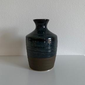 Fin vase i mørkeblå. Ca 13 cm høj.