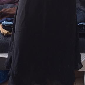 Asymmetrisk nederdel med det fineste perlebroderi, str. 36.  Nederdelen er forholdsvist lavtaljet (klik ind på billede to for at få fornemmelse herfor).