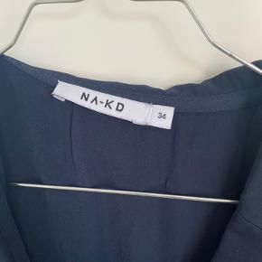 Helt ny super flot marineblå kjole fra NAKD. Kjolen er str xs, men passer en str xs/S. Stor i størrelsen.