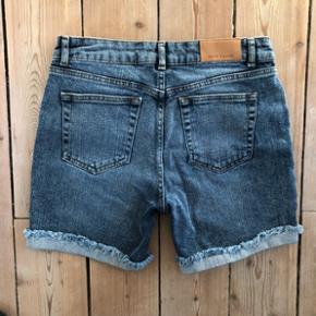 Denim shorts fra Samsøe Samsøe i blå cowboy farve. Str 29. Kan bruges med og uden opfold på lår. Lækker kraftig kvalitet. Som nye.