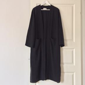 Smukkeste lange kimono i 100% silke i str. M. Ingen brugsspor. Sælges kun, da den er for stor til mig.