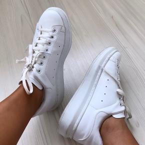 Hvide/høje sneakers str 36.  Ny pris 400kr.  Mp 100kr.