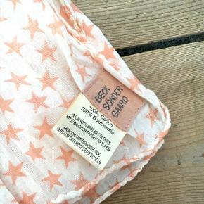 Tørklæde fra BeckSöndergaard med orange stjerner på. Det er blevet brugt 1 gang, så det er helt som nyt. Super fint og behageligt tørklæde!  Byd gerne og tjek mine andre annoncer ud for mængderabat 🌟