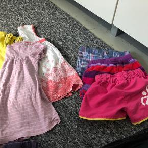 Tøjpakke; 3 par shorts, 3 kortærmede kjoler, 3 par jeans agtige bukser, 1 par leggings og 1 bluse. På blusen er en lille plet på ærmet. Str svinger mellem 98-104, men svarer til 104. Fin institutions pakke.